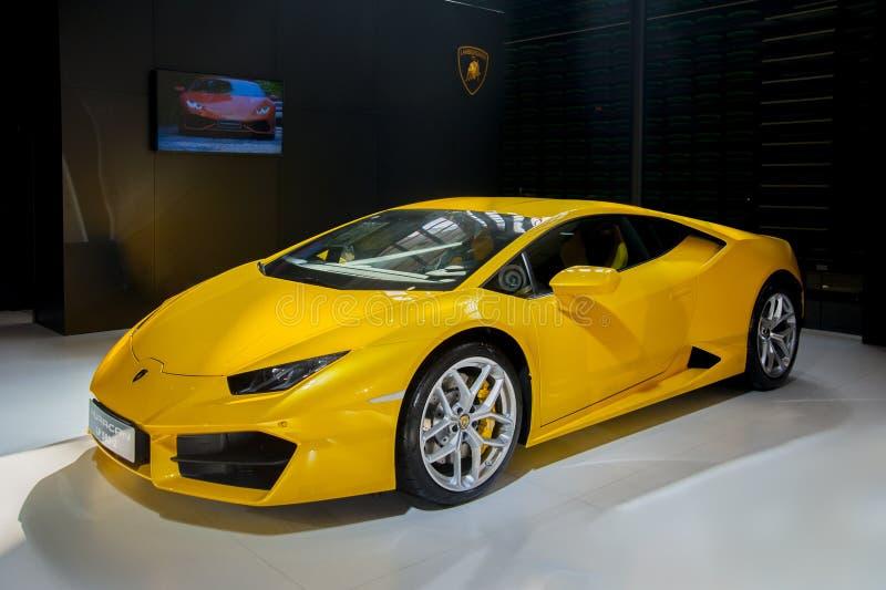 gele Lamborghini-sportwagen stock afbeeldingen