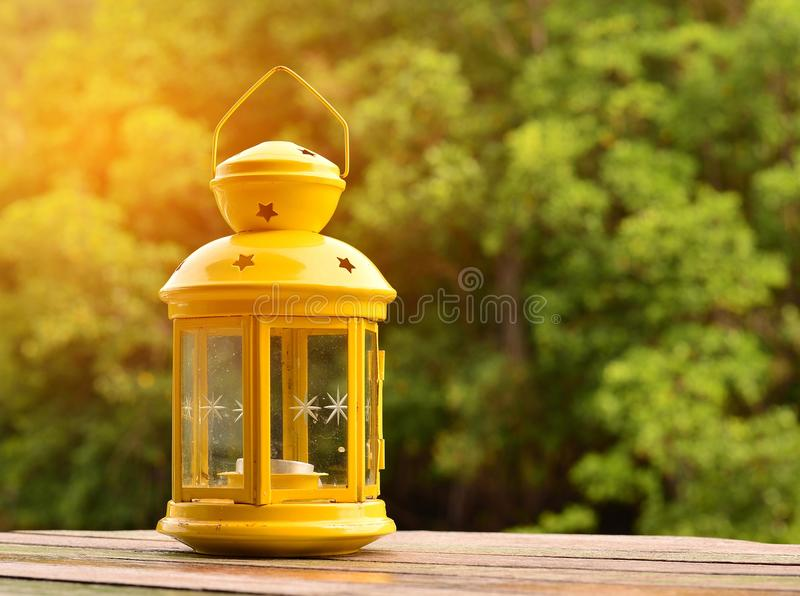 Gele lamp in uitstekende stijl stock afbeeldingen