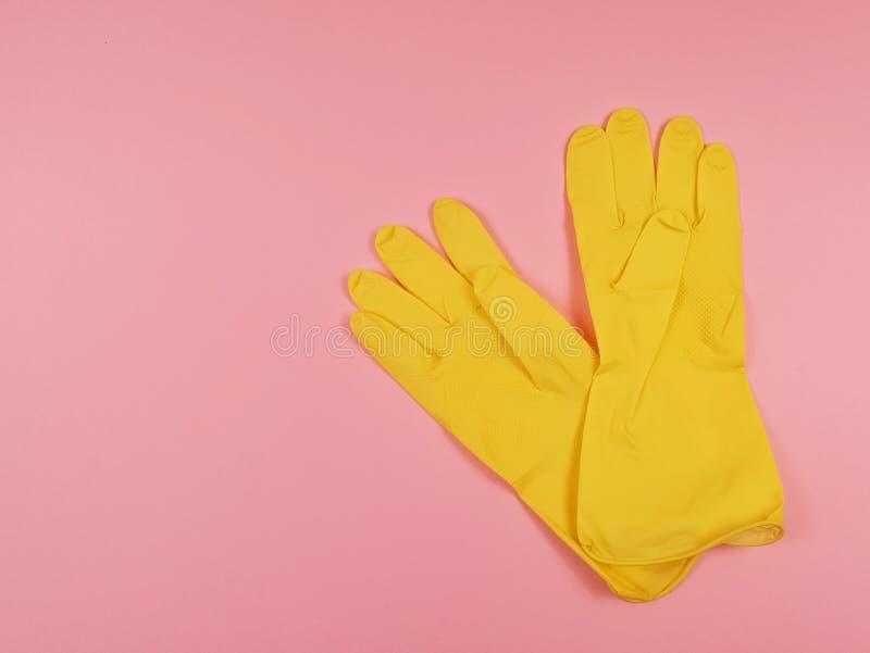gele latex handschoenen voor huishoudelijk gebruik op een roze achtergrond, platlay royalty-vrije stock foto's