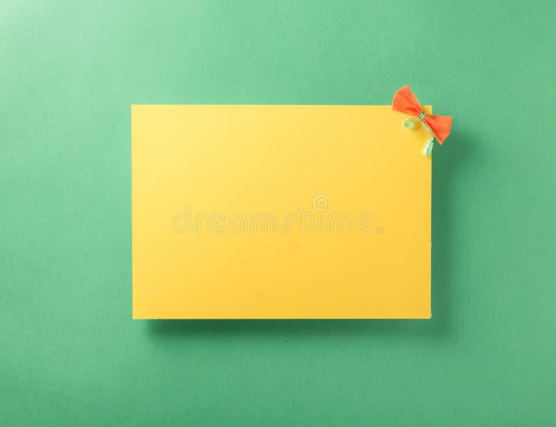 Gele lege kaart dichte omhooggaand op een lichtgroene achtergrond stock afbeeldingen
