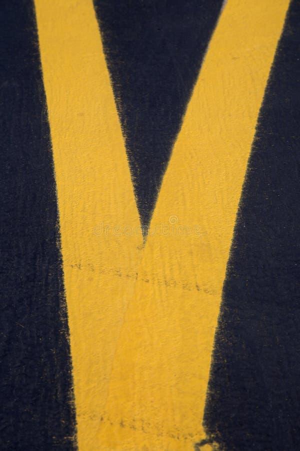 Gele lijnen die op luchthavenbaan schilderen stock afbeeldingen