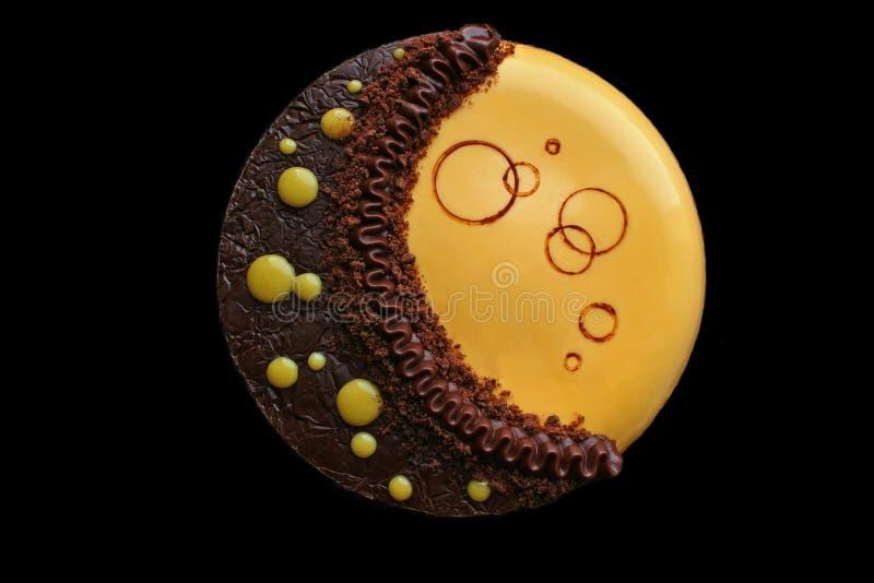 Gele maancake met chocolade ganache, pompoenmousse en de hoogste mening van de chocoladedecoratie stock afbeelding