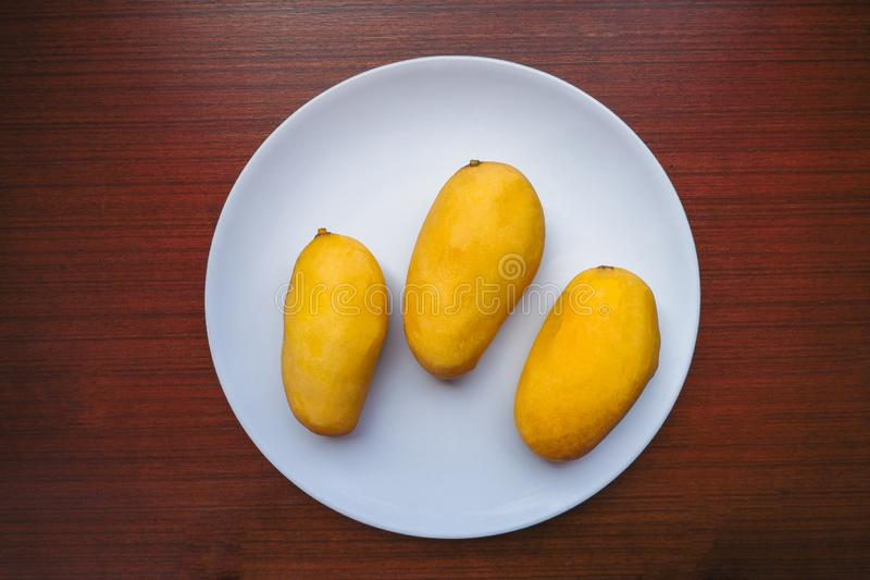 Gele Mango drie die op de plaat diende royalty-vrije stock foto's