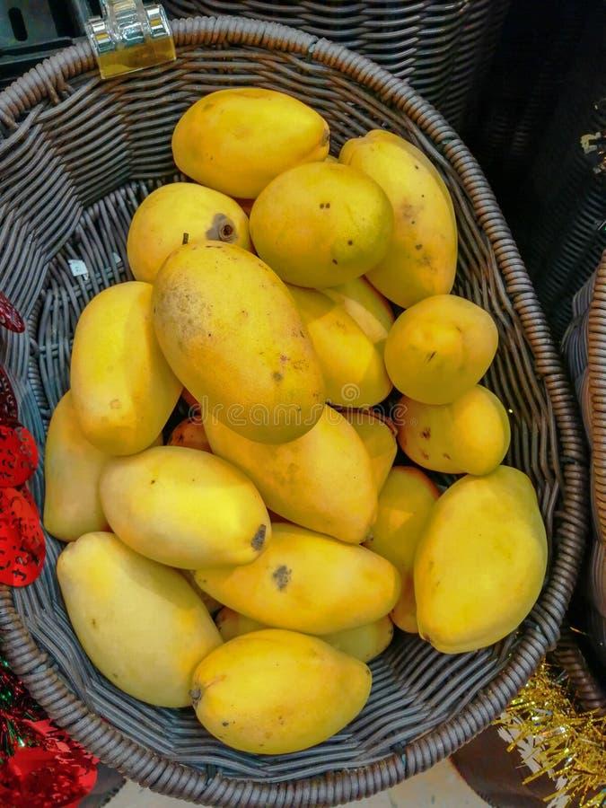 Gele mango's in een mand voor verkoop royalty-vrije stock foto's