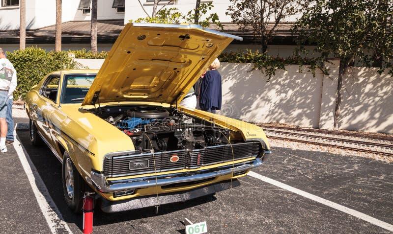 Gele 1969 Mercury Cougar bij het het 32ste Jaarlijkse Depot Klassieke Car Show van Napels stock afbeelding
