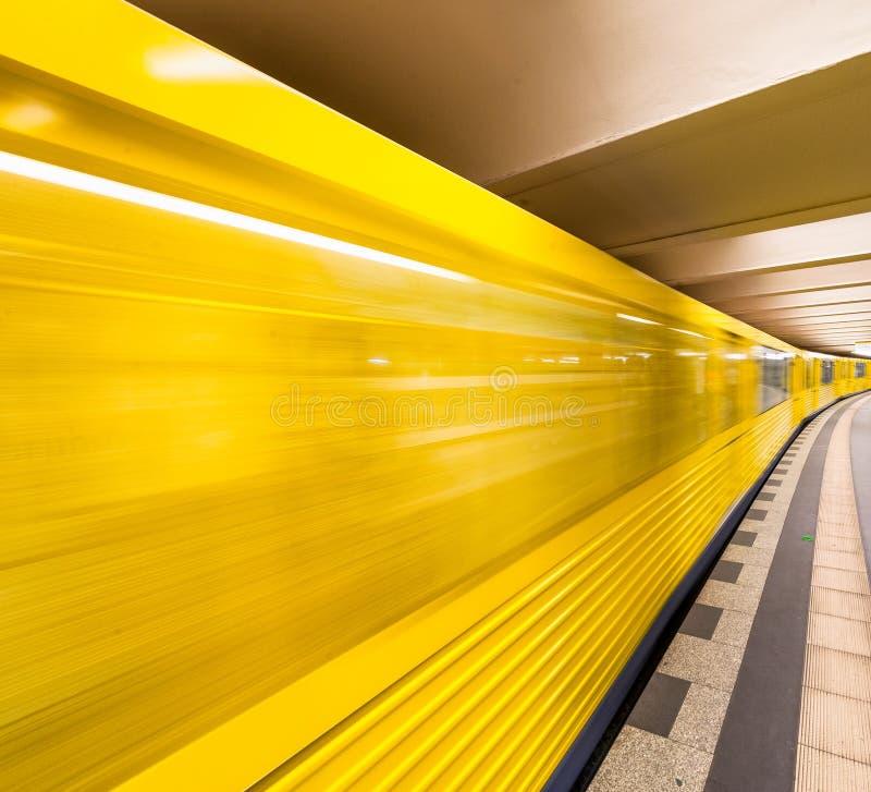 Gele metro die op een centraal station versnellen Zaken en royalty-vrije stock afbeeldingen