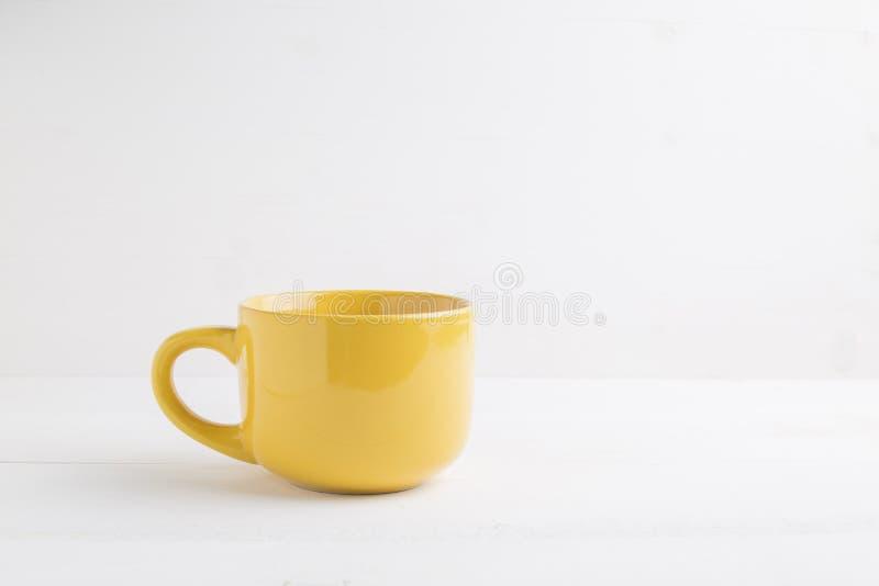 Gele mok lege spatie voor koffie of thee royalty-vrije stock fotografie