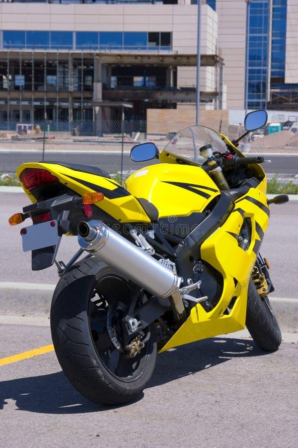 Gele Motorfiets die door de Bouw wordt geparkeerd royalty-vrije stock foto
