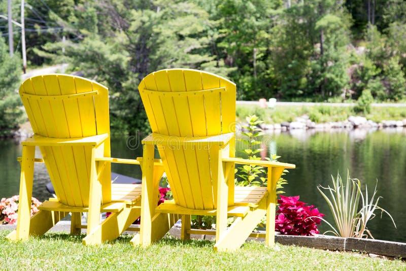 Gele Muskoka-stoelen met een mening royalty-vrije stock foto's