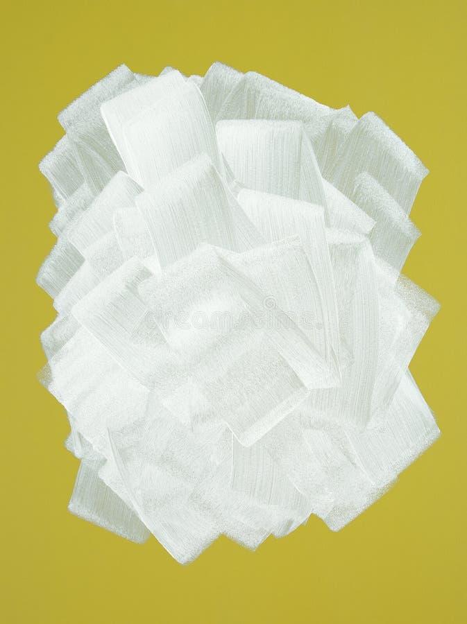 Gele muur die in wit met verfrol wordt geschilderd stock foto