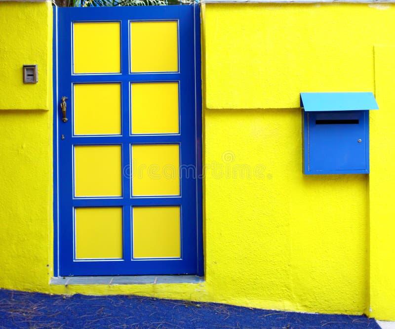 Gele muur en deur royalty-vrije stock afbeeldingen