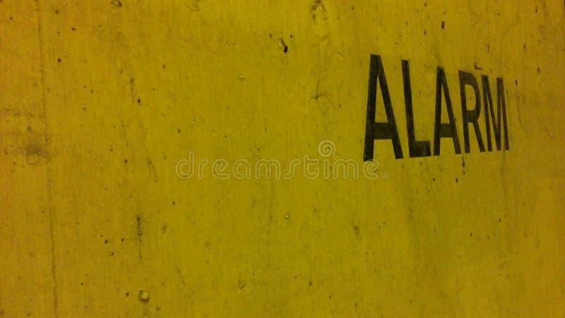 Gele muur met alarmpost royalty-vrije stock afbeeldingen