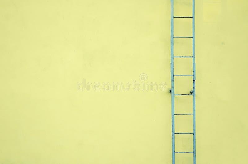 Gele muur met de achtergrond van de tredentextuur, minimalistic stijl voor basisbeeld voor affiches, banners of dekking, onbelang royalty-vrije stock foto's