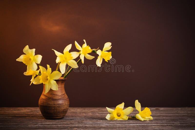 Gele narcis in vaas stock foto's