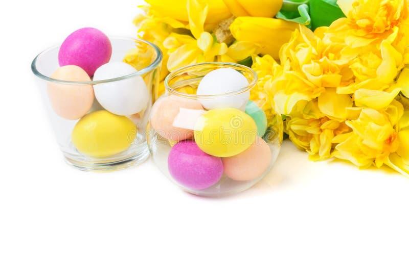 Gele narcissen, tulpen, paaseieren stock foto's