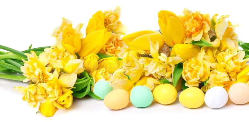 Gele narcissen, tulpen, paaseieren royalty-vrije stock foto