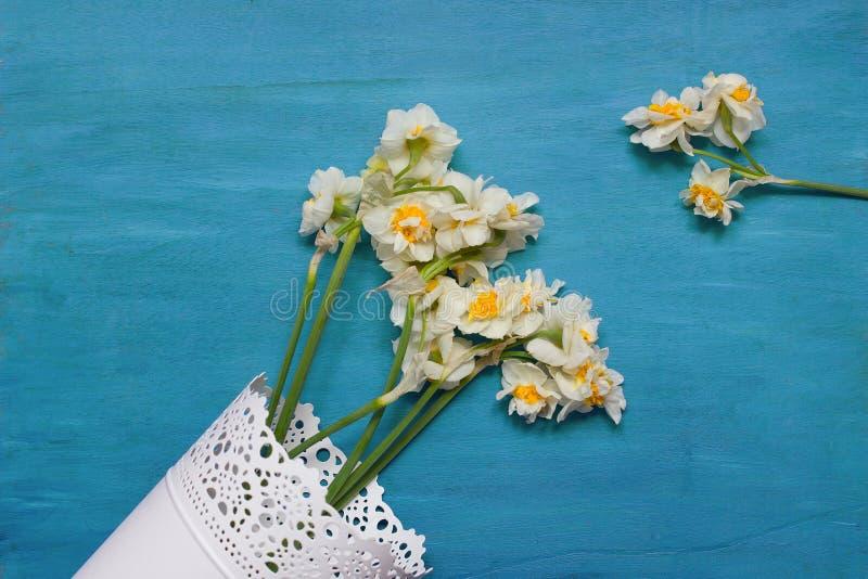 Gele narcissen in vaas op houten achtergrond van hierboven, exemplaarruimte stock foto's