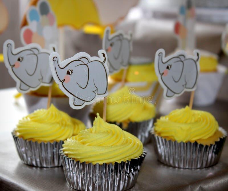 Gele olifant cupcakes stock afbeelding
