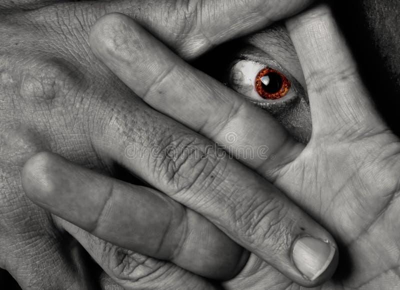 Gele oog het staren throug vingers