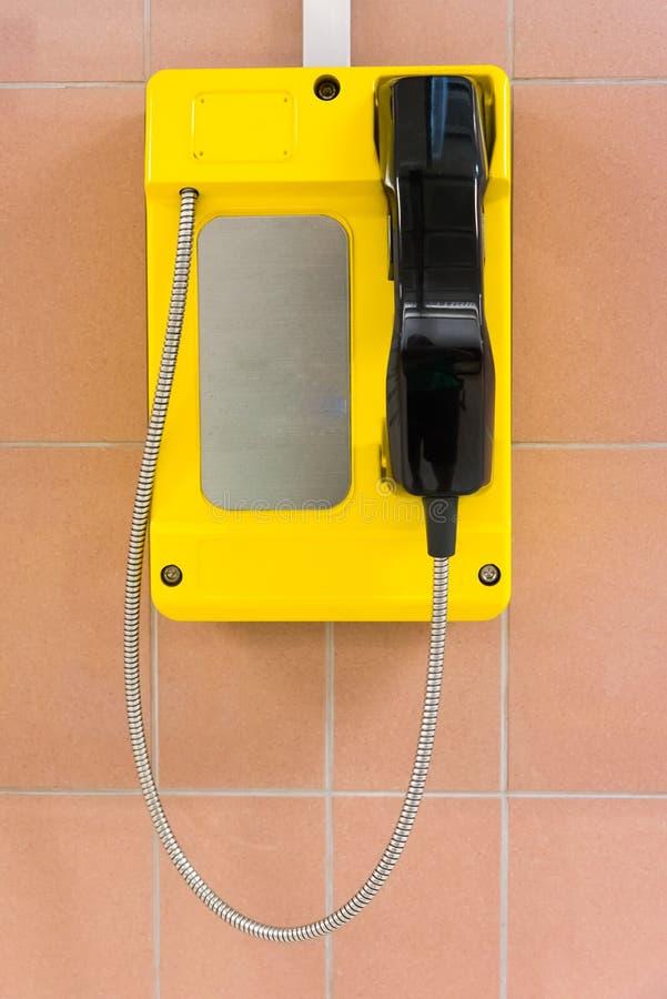 Gele openbare telefoon royalty-vrije stock foto