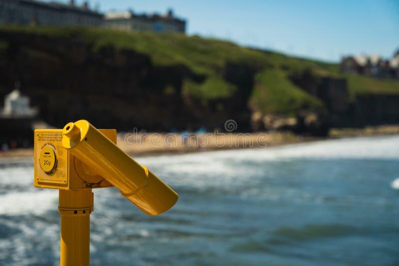 Gele openbare verrekijkers bij de kust stock fotografie