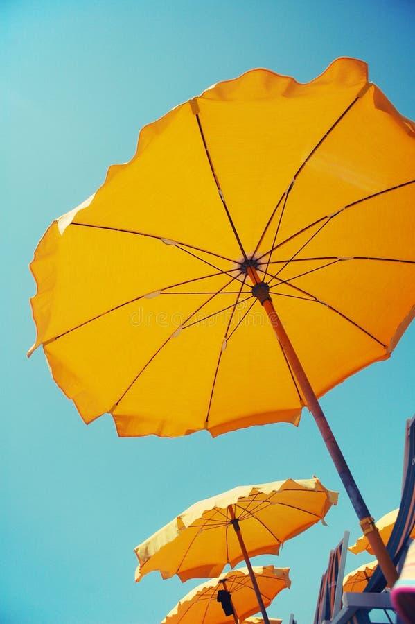 Gele paraplu's op het strand royalty-vrije stock fotografie