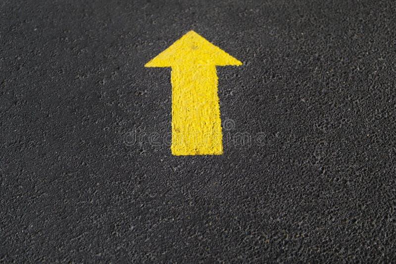 Gele pijl op asfalt royalty-vrije stock afbeelding