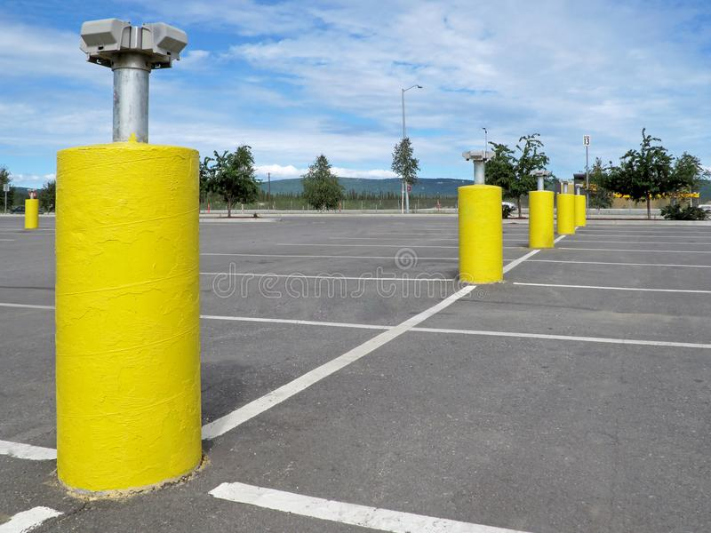 Gele pijlers met elektrostoppen om de auto's aan te sluiten om de motor en de olie in extreme de wintervoorwaarden binnen omhoog  stock afbeeldingen