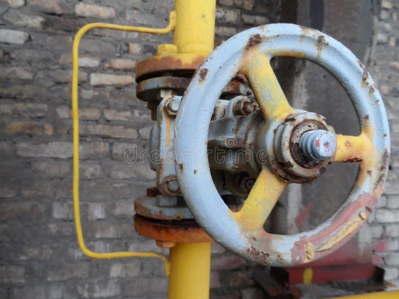 Gele pijp met klep open dicht Industrie stock afbeeldingen
