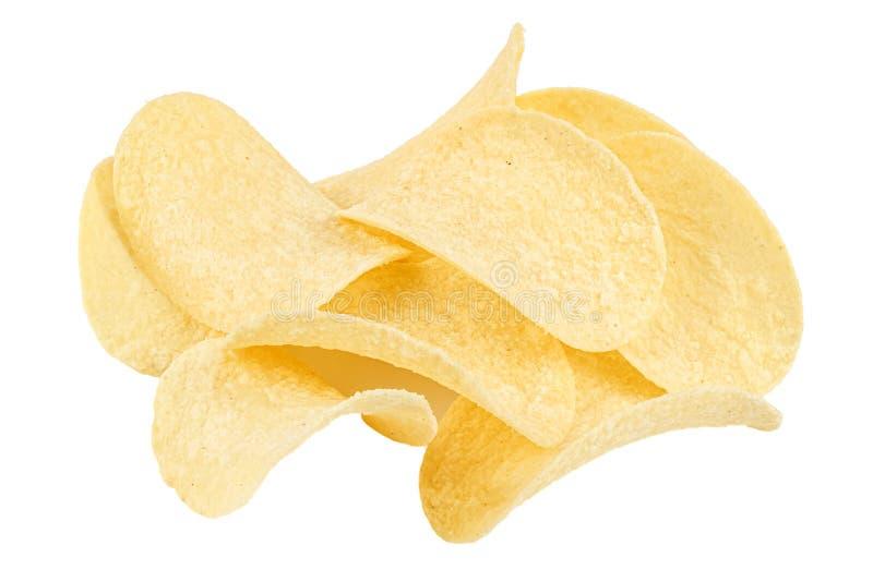 Gele plakjes aardappelchips met zure room en uien geïsoleerd op witte achtergrond stock foto's