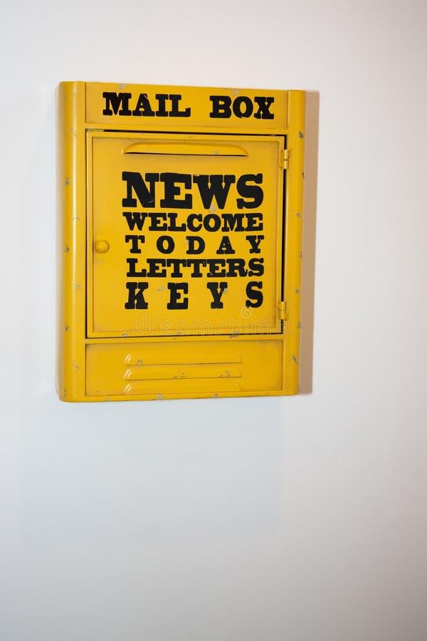 Gele postbusbrievenbus voor postbrief royalty-vrije stock fotografie