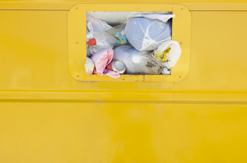 Gele recyclingscontainer royalty-vrije stock fotografie