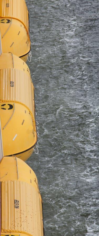 Gele Reddingsboten over Oceaan stock afbeelding