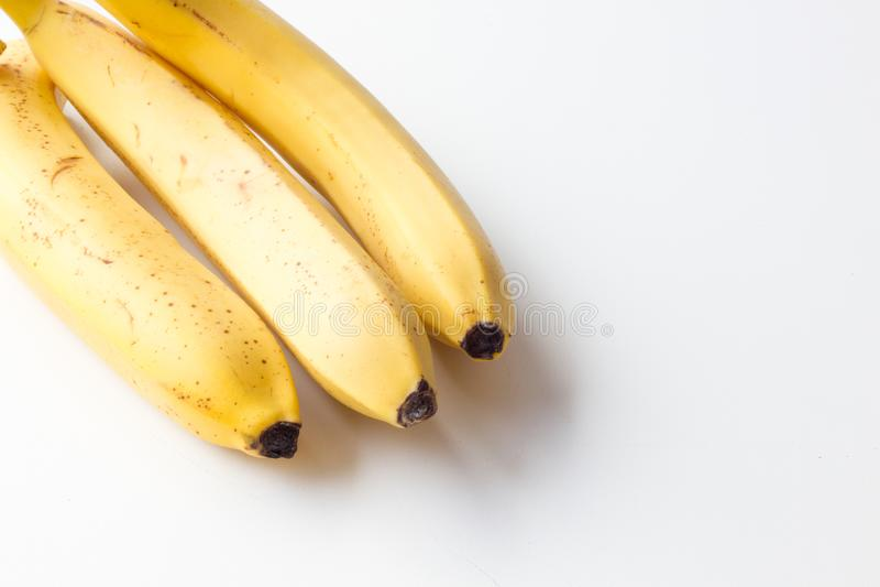 Gele rijpe banaan op een witte achtergrond stock fotografie