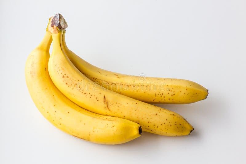 Gele rijpe banaan op een witte achtergrond stock afbeeldingen