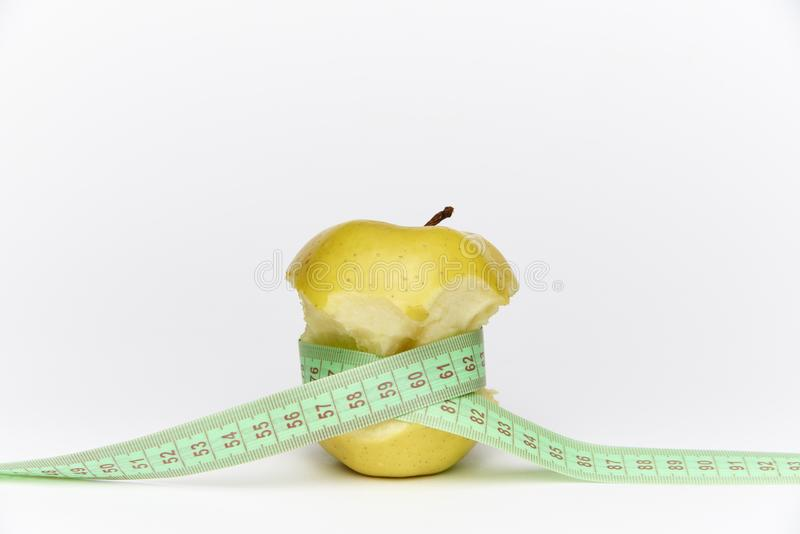 Gele rijpe gebeten appel met een mete royalty-vrije stock afbeeldingen