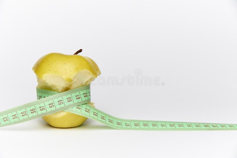 Gele rijpe gebeten appel met een mete stock foto
