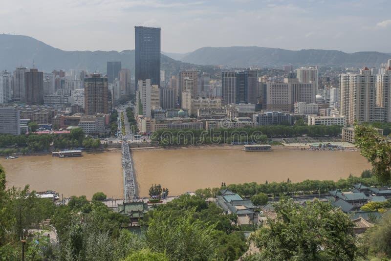 Gele Rivier die door de stad van Lanzhou, China overgaan stock foto's