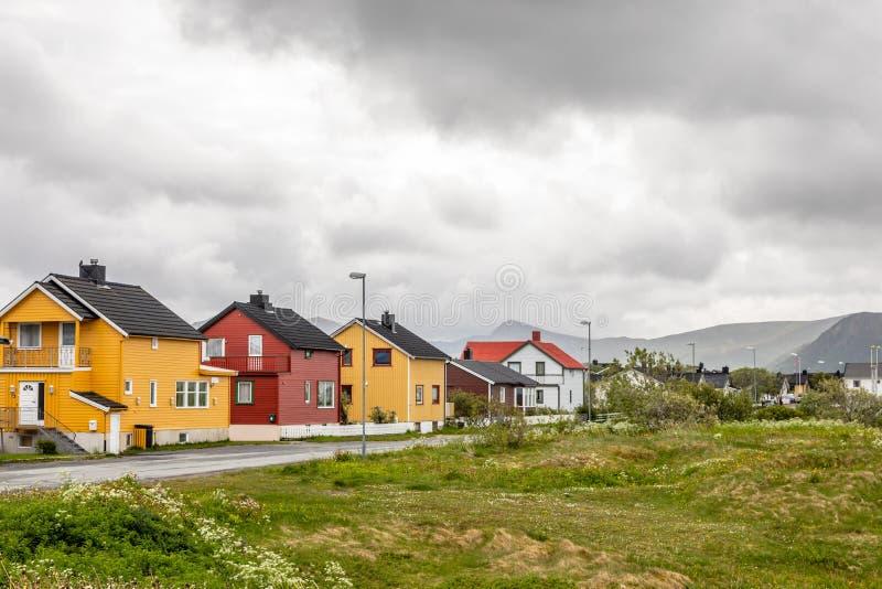 Gele, rode en witte Noorse huizen langs de weg in Andenes-dorp, Andoy-Gemeente, Vesteralen-district, Nordland-provincie royalty-vrije stock afbeeldingen