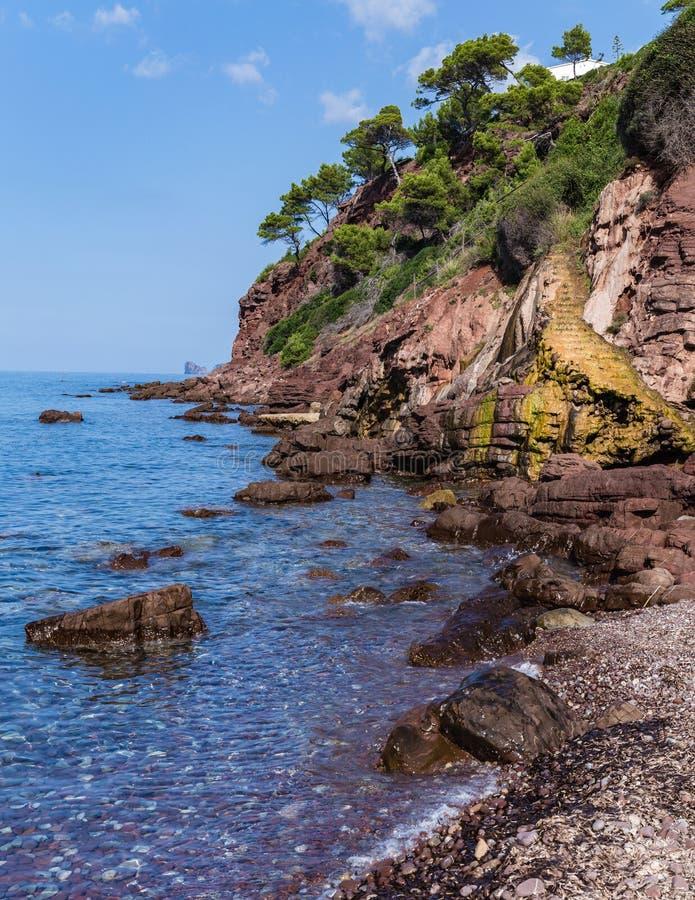 gele rots waarover de bronwateren royalty-vrije stock foto's