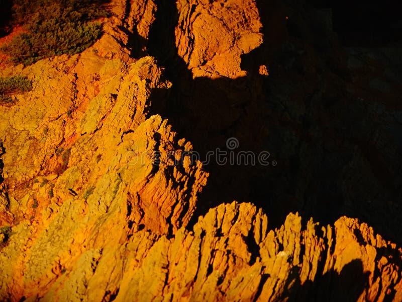 Gele rotsen vóór zonsondergang dichtbij Marseille stock fotografie