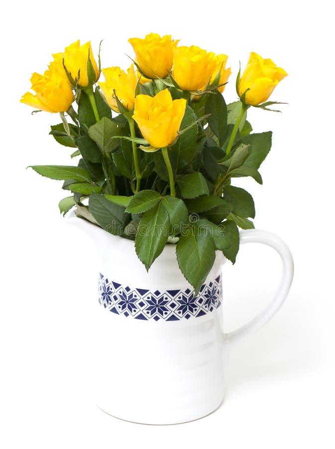 Gele rozen in een vaas royalty-vrije stock afbeelding