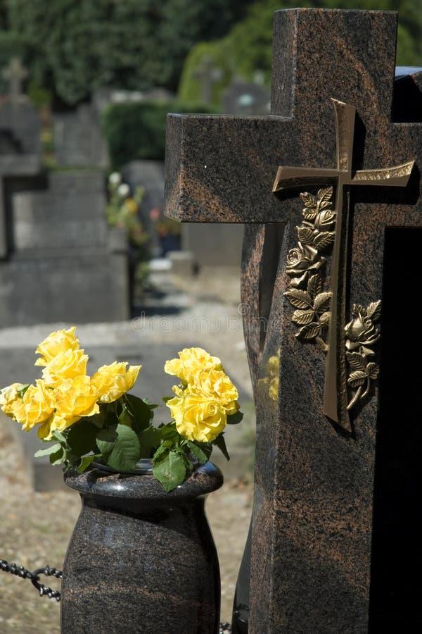 Gele rozen op grave-yard royalty-vrije stock foto