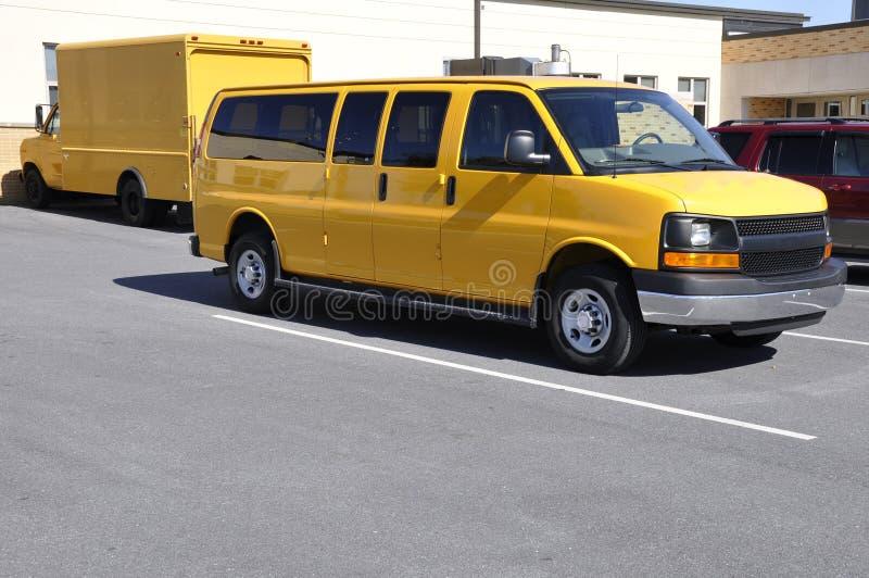 Gele schoolbestelwagen stock foto