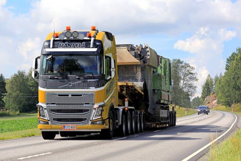 Gele Semi de Afstanden Overmaatse Lading van Volvo FH16 stock afbeeldingen