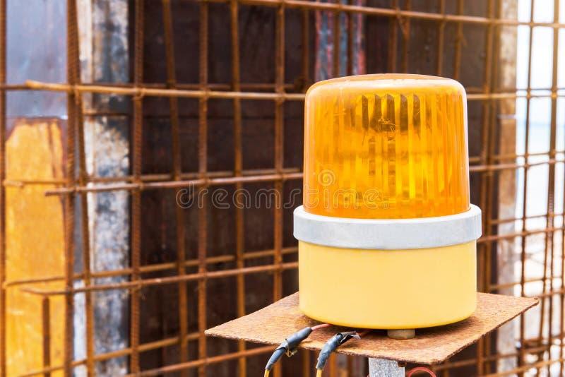 Gele sirene in bouwwerf royalty-vrije stock foto