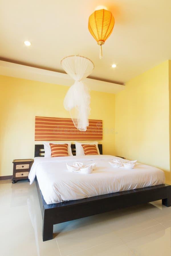 Gele slaapkamer stock afbeelding. Afbeelding bestaande uit duvet ...