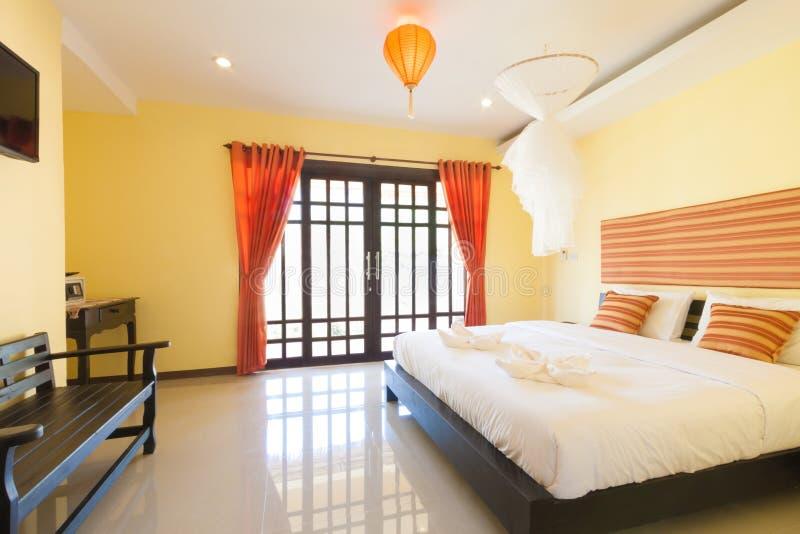 Gele slaapkamer stock afbeelding. Afbeelding bestaande uit meubilair ...