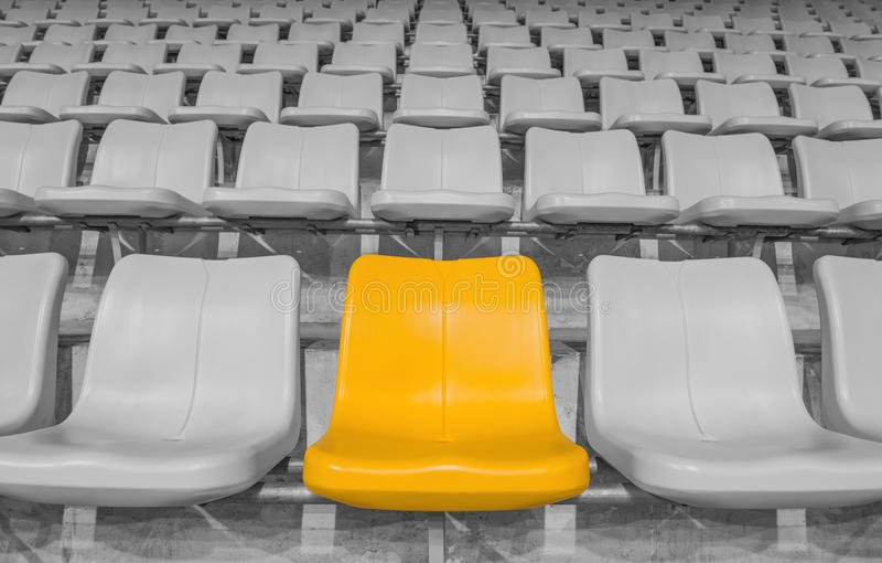 Gele stadionzetel stock foto's