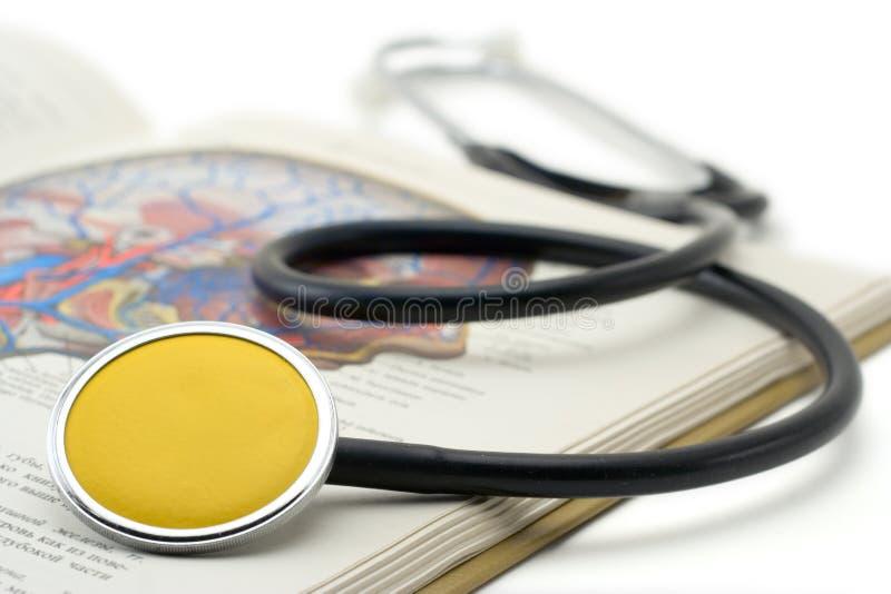 Gele stethoscoop op een boek royalty-vrije stock afbeelding